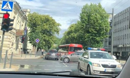 Susidūrimas Kauno centre: į gydymo įstaigą skubiai išvežta autobuso keleivė
