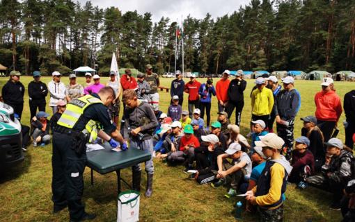 Utenos policijos pareigūnai lanko jaunuosius stovyklautojus