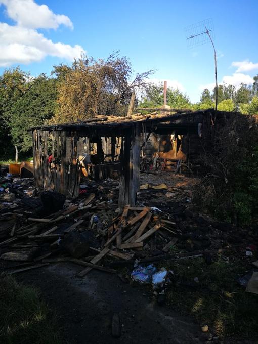 Kairių gyventoja neteko namų: kaimynai prašo pagalbos