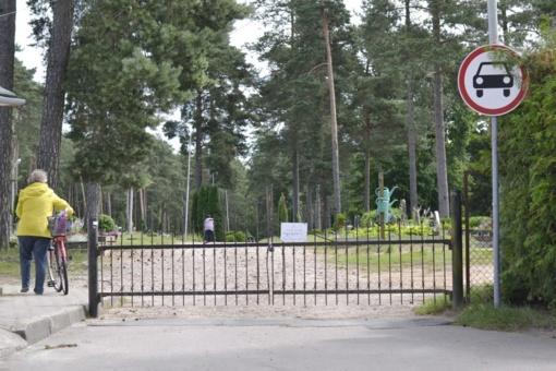 Laidotuvių procesiją sustabdė užrakinti kapinių vartai