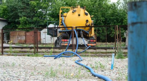 Iš buvusios naftos bazės teritorijos jau išsiurbta virš 7 tonų naftos produktų