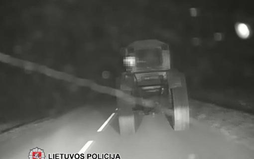 Šilalės rajone neblaivus traktoristas įvažiavo į griovį ir apsivertė (vaizdo įrašas)