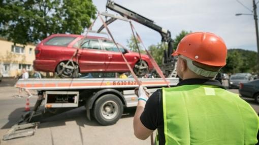 Vyriausybė pritarė savivaldybių pareigūnams leisti priverstinai nutempti transporto priemones