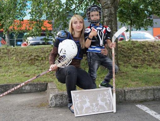 Tautodailininkė – su ledo ritulio lazda