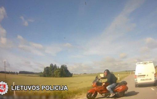 Nuo atsakomybės lakstantis kelių eismo taisyklių pažeidėjas patyrė ne vieną traumą ir prarado teisę įsigyti vairuotojo pažymėjimą (vaizdo įrašas)