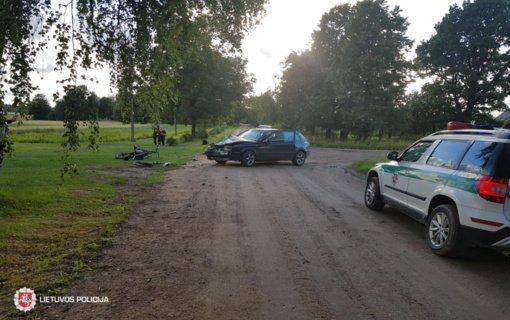 Plungės rajone automobilis kliudė motociklą