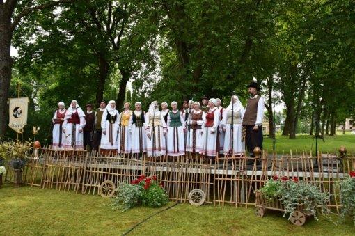 """Biržų kultūros centro Pabiržės skyriaus folkloro ansambliui """"Žemyna"""" įteikta """"Aukso paukštė"""""""