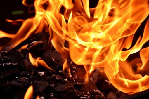 Mažeikių rajone degė apleistas pastatas