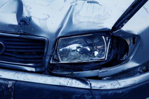 Skuodo rajone apsivertė automobilis