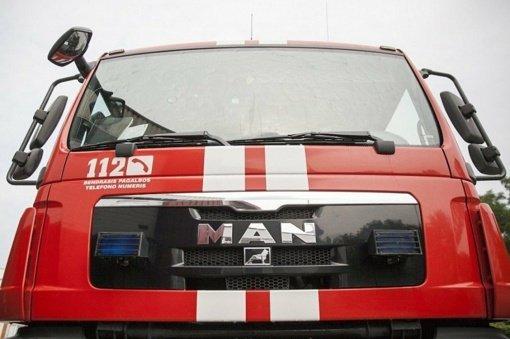 Šalčininkų rajone ugniagesiai gelbėtojai iš sumaitoto automobilio vadavo žmogų
