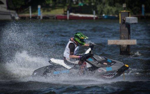 Aplinkosaugininkai primena: vandens motociklais plaukioti galima tik nurodytuose vandens telkiniuose