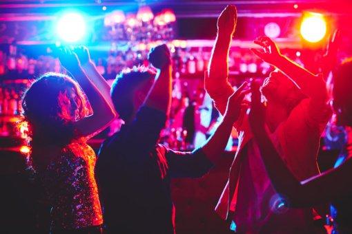 Influenceriai JAV sąmoningai platina COVID-19: rengia vakarėlius ir viską transliuoja tiesiogiai