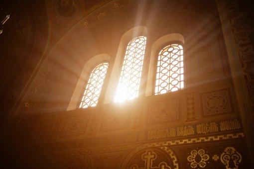 Vyskupai ragina tikinčiuosius bažnyčiose laikytis saugaus atstumo, dėvėti kaukes