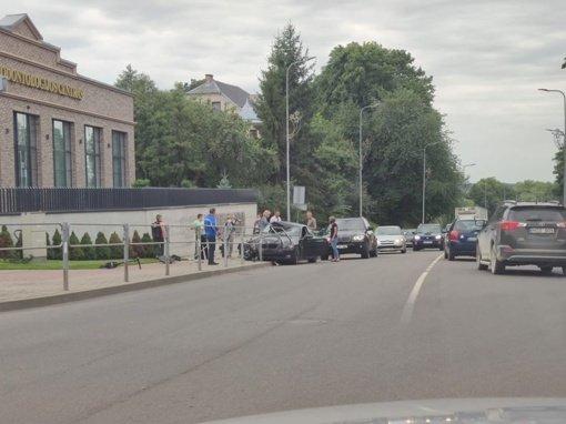 Tauragėje automobilis trenkėsi į atitvarus: vairuotoja išvežta į ligoninę