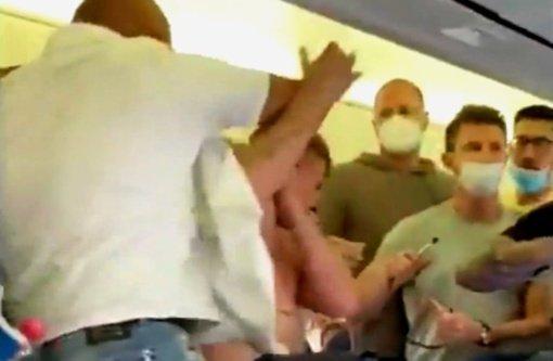 Lėktuve – muštynės dėl kaukių