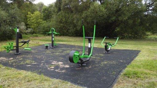 Ukmergės ligoninės parke įrengti lauko treniruokliai