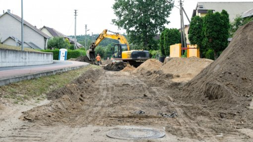 Devynias žvyruotas Alytaus gatves užklos asfaltas