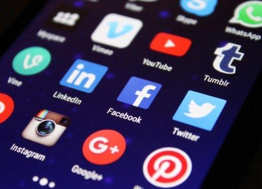 """""""Facebook"""" ir """"Twitter"""" ėmėsi veiksmų prieš D. Trumpo paskyras dėl """"dezinformacijos"""""""