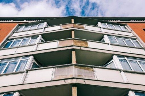 Vilniuje nuo penkiolikto daugiabučio aukšto nukrito balkonas