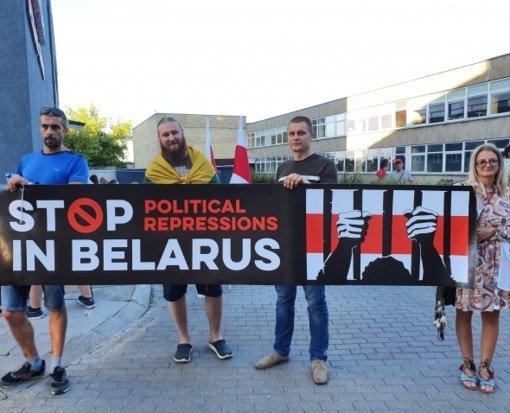 Prieš balsavimo pabaigą prie Baltarusijos ambasados Vilniuje driekėsi rinkėjų eilė