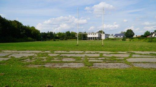 """Savivaldybė svarsto išpirkti šalia """"Gilo statybos"""" griuvėsių esantį stadioną: pritaikys visuomenės poreikiams"""