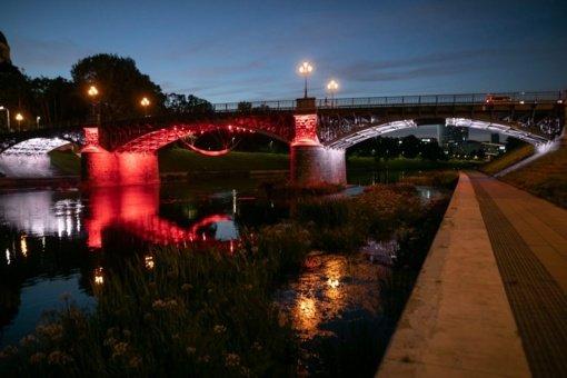 Vilnius palaiko dėl demokratijos kovojančius baltarusius: tautinės vėliavos spalvomis apšvietė keturis tiltus