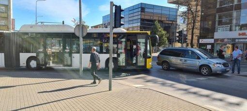 Šiaulių centre – autobuso ir lengvojo automobilio susidūrimas, formuojasi spūstys