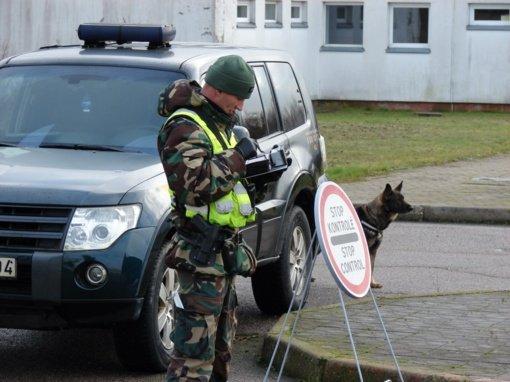 Policijos pareigūnai ir pasieniečiai aktyviau patruliuos pagrindiniuose keliuose prie Lenkijos ir Latvijos