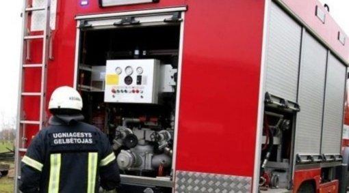 Ugniagesiai gesino pastatą, automobilį, vykdė darbus eismo įvykiuose