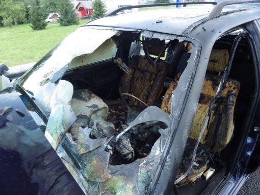 Kazlų Rūdoje rastas sudegęs automobilis, viduje – žmogaus palaikai