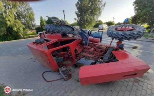 Šakių rajone apvirto traktorius, nukentėjo du žmonės