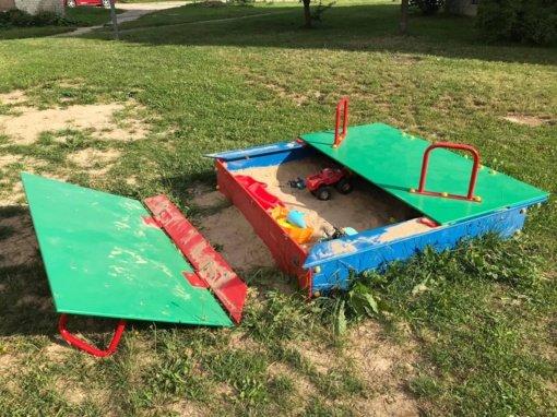 Naujoje vaikų žaidimų aikštelėje sulaužyta smėlio dėžė