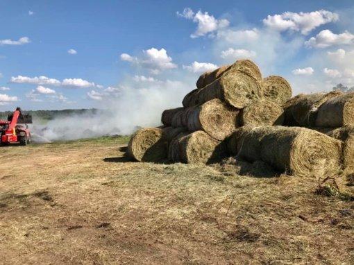 Biržų rajone degė šieno rulonai