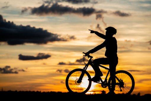 Kai orai apvilia: ką svarbu žinoti važiuojant dviračiu per lietų?