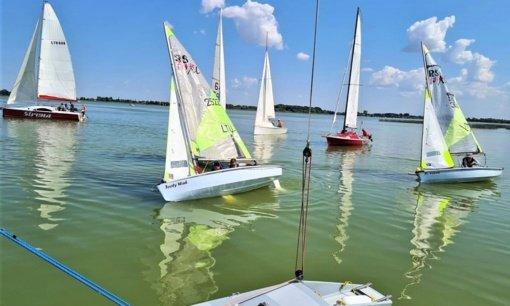 Tradicinės regatos metu Paežerių ežerą raižė įvairiaspalvės burės