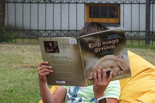 Bibliotekos kiemelyje vaikai skaitė vieni kitiems