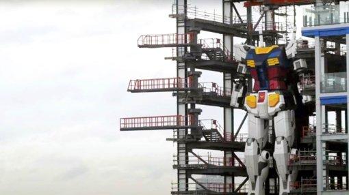 18 metrų robotas ruošiasi dėti  pirmuosius žingsnius