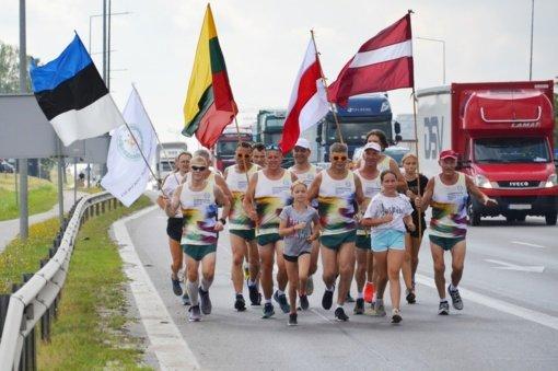 Startavo tradicinis estafetinis bėgimas Baltijos keliui atminti
