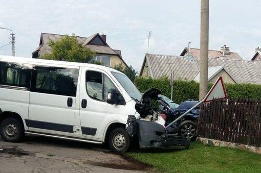 Rožyne neblaivus vairuotojas taranavo mikroautobusą