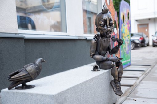 Prie Kauno lėlių teatro prisėdo iš bronzos ir pilko granito nulieta marionetė