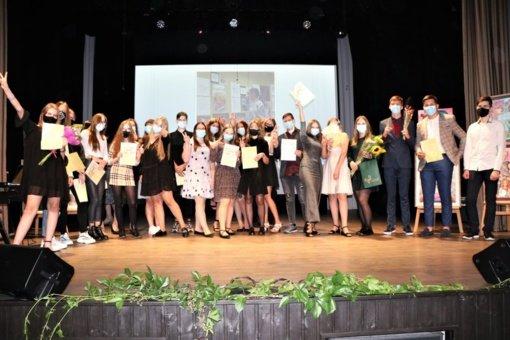Lazdijų meno mokykla: baigimo pažymėjimai įteikti 23 absolventams, už nuoširdų darbą padėkota ilgamečiams mokytojams