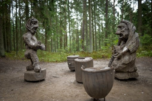 Juodkrantės Raganų kalno skulptūroms – daugiau specialistų dėmesio
