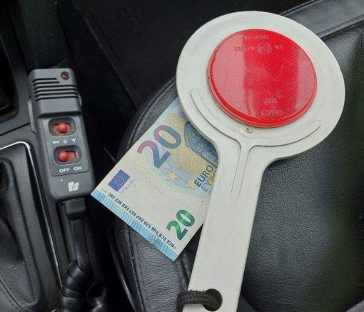Telefonu prie vairo kalbėjęs vyriškis bandė susitarti už 20 eurų kyšį