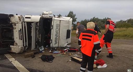 """""""Via Balticoje"""" apvirto vilkikas: vairuotojas iš suknežintos kabinos išsiropštė pats (vaizdo įrašas)"""