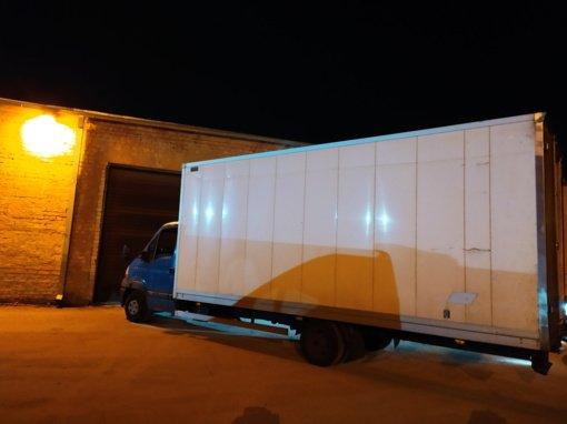 """Lazdijų apylinkėse muitininkai sulaikė """"tuščią"""" sunkvežimį, su kontrabanda kimštomis sienomis"""