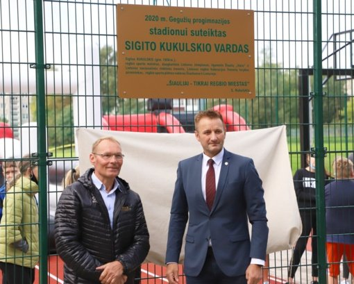 Šiauliuose atnaujintame Gegužių progimnazijos stadione nusilenkta regbio legendai