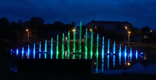 Šiaulių naktis nušvietė šviečiančių fontanų pasirodymas