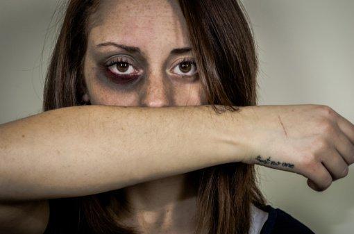 6 graudžios priežastys, kodėl kai kurios moterys nepabėga nuo jas skriaudžiančių vyrų