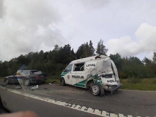 Eismo įvykis magistralėje: nukentėjo pareigūnas ir mikroautobuso vairuotojas