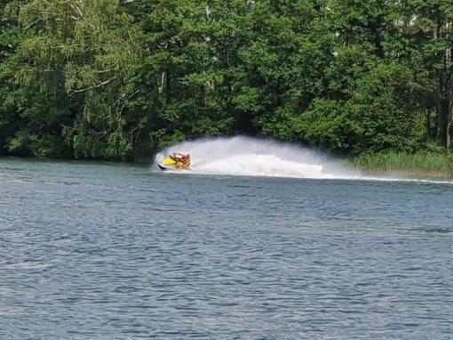 Didžiulio ežere plaukioti vandens motociklais draudžiama, tačiau draudimų paiso ne visi